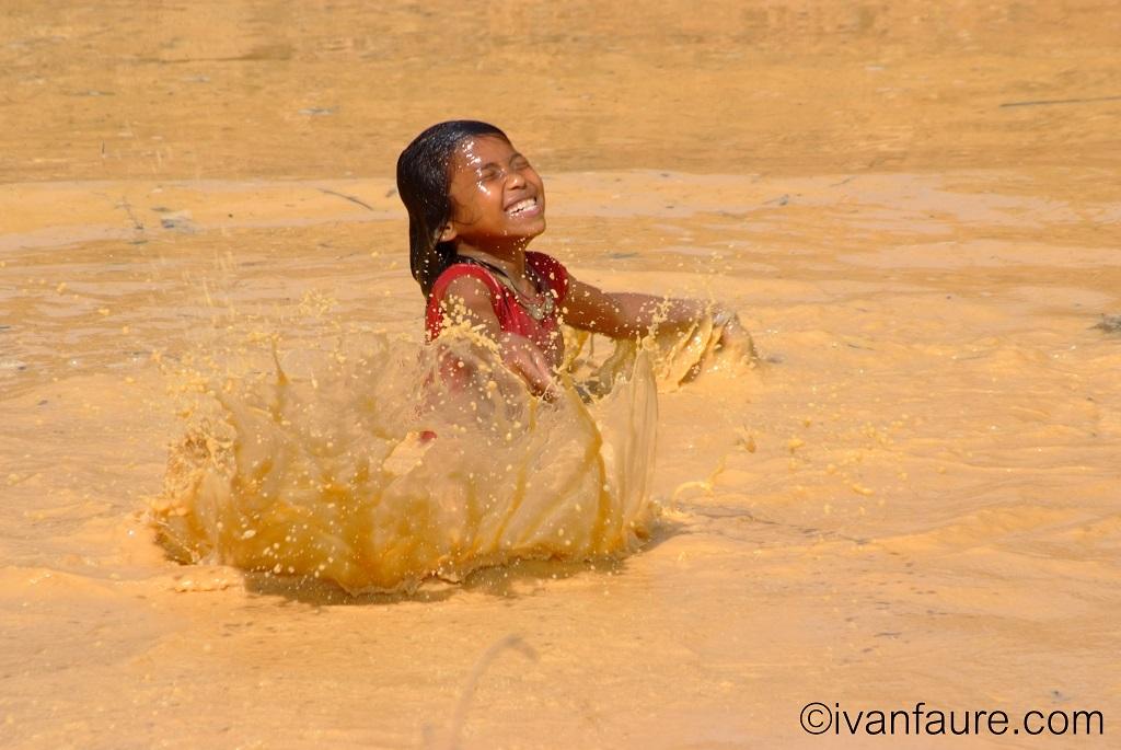 niña camboya en agua