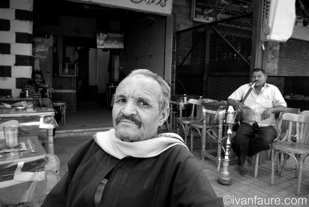 fumando shisha en egipto