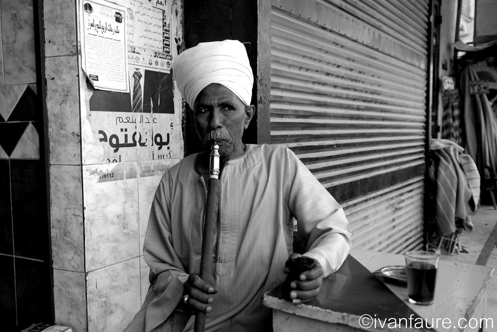 retrato hombre fumando egipto