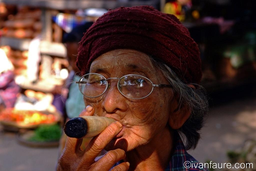 mujer fumando inle myanmar