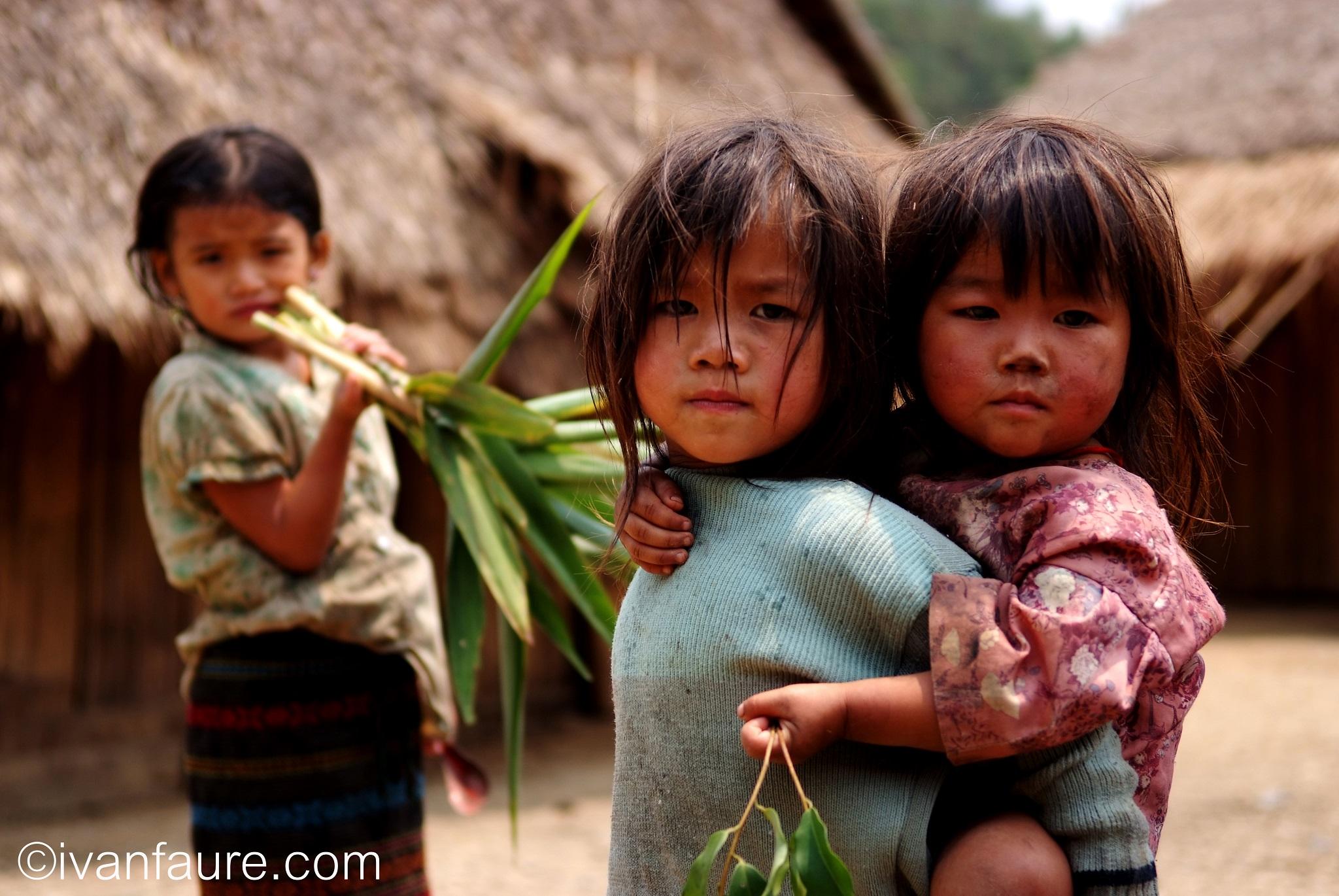 niños aldea en laos