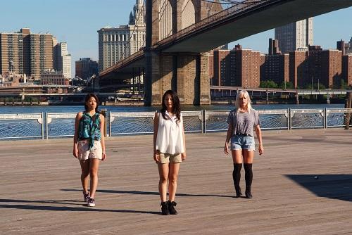 chicas bailando en el brooklyn bridge