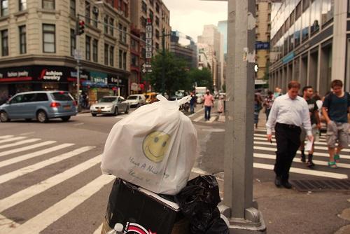bolsa en la papelera en Nueva York