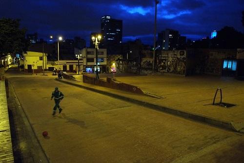 calle de noche en la candelaria bogota