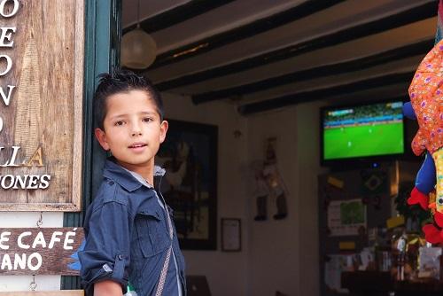 niño mirando fútbol en villa de leyva