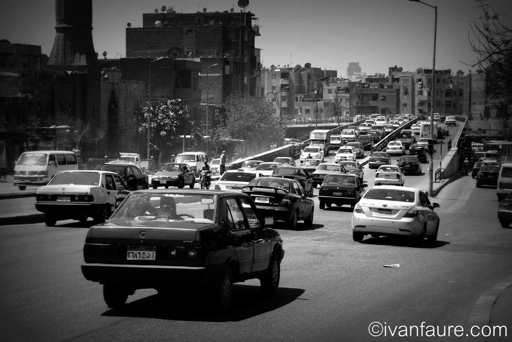 calle de el cairo en blanco y negro