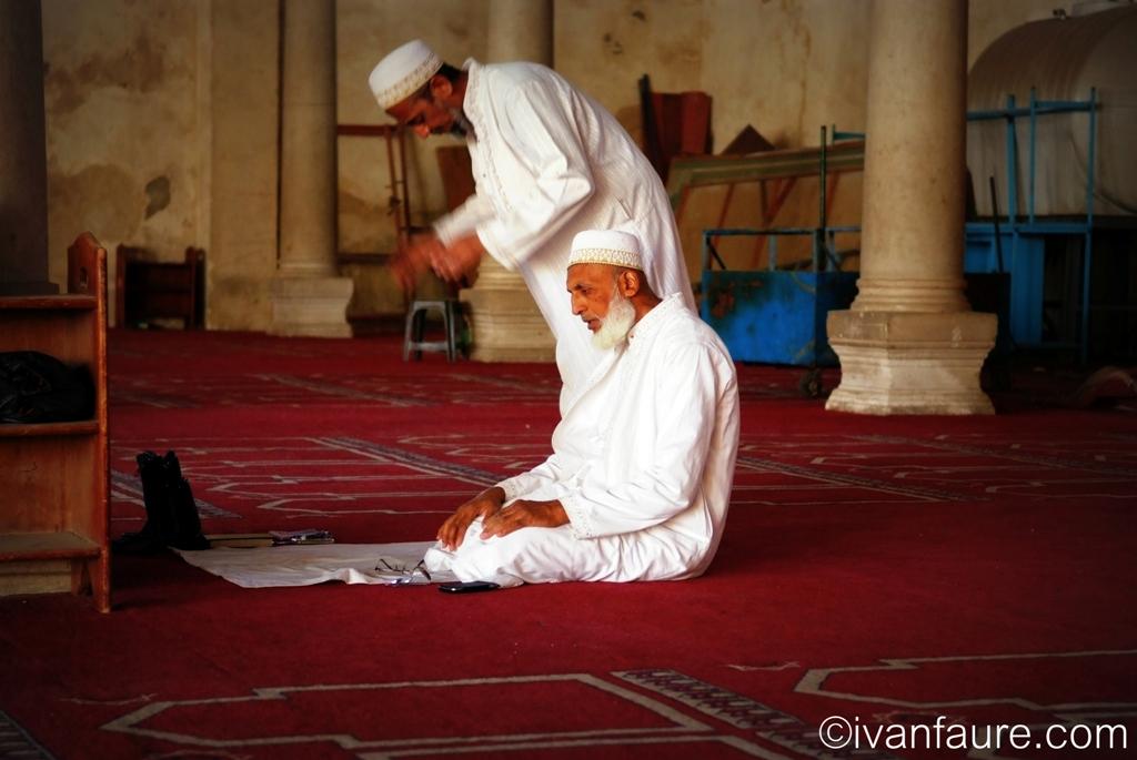 rezando en mezquita egipto