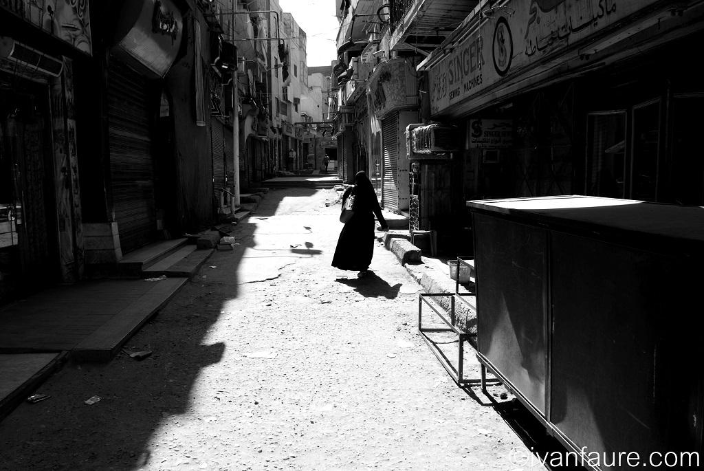 calle de aswan blanco y negro