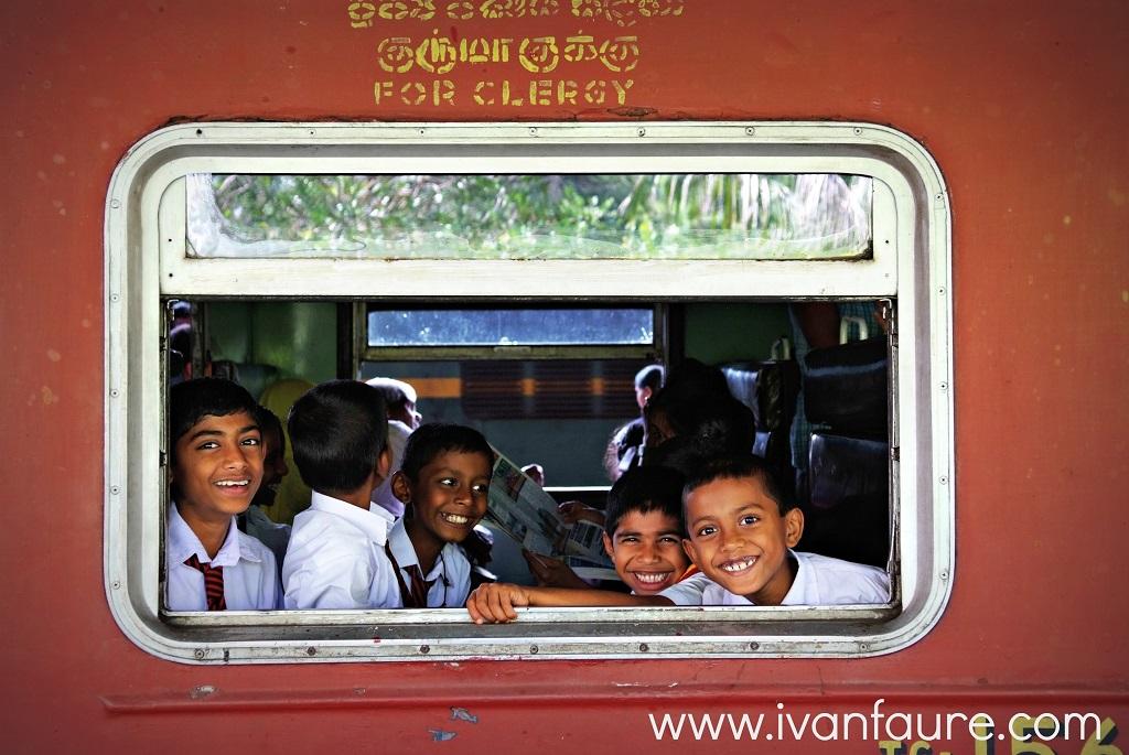 chicos dentro tren kandy nuwara eliya