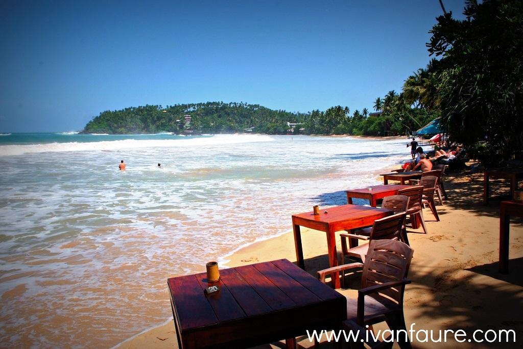 mesas en la playa de mirissa sri lanka