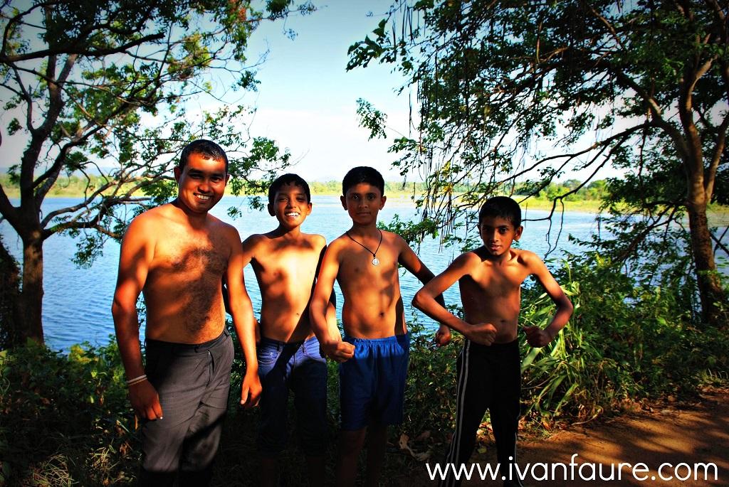 chicos bañandose lago sigiriya