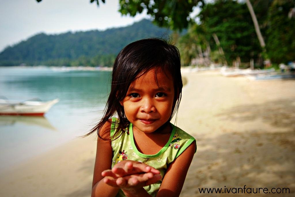 niña en palawan filipinas