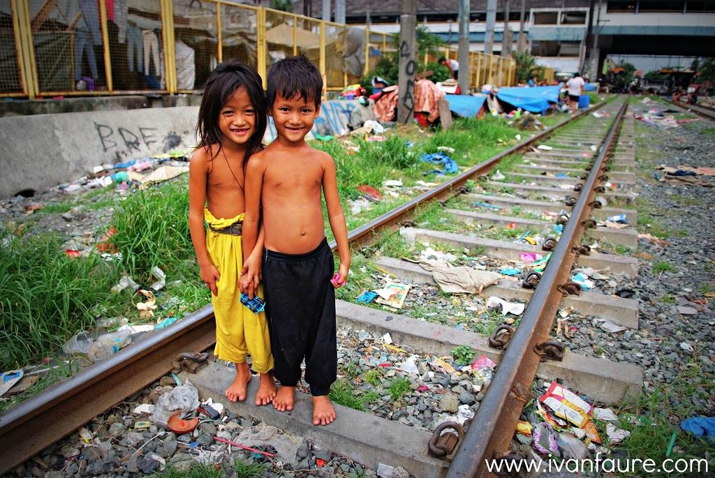 gente viviendo en la vía del tren de manila